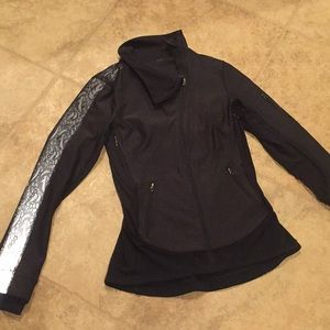 Lululemon jacket size 6 in great condition